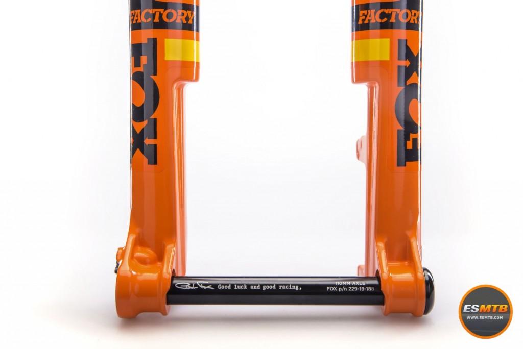 La nueva 32 SC presenta unas botellas de revolucionario diseño denominado Step Cast (escalón) que permite aumentar la rigidez y rebajar ostensiblemente el peso.