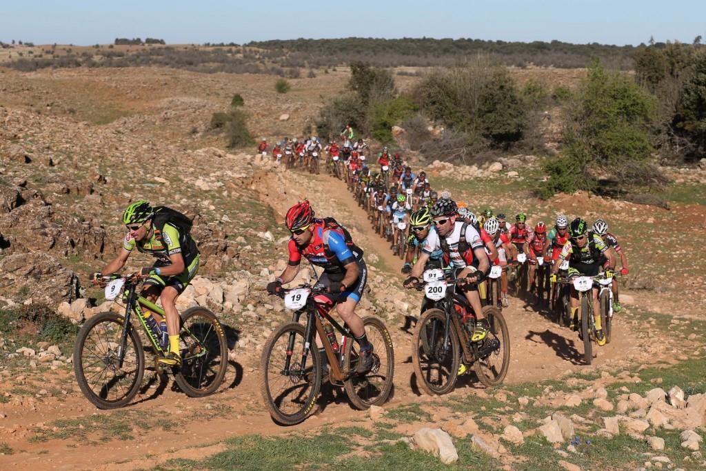 La vigilancia entre los bikers punteros ha marcado los primeros kilómetros del día.