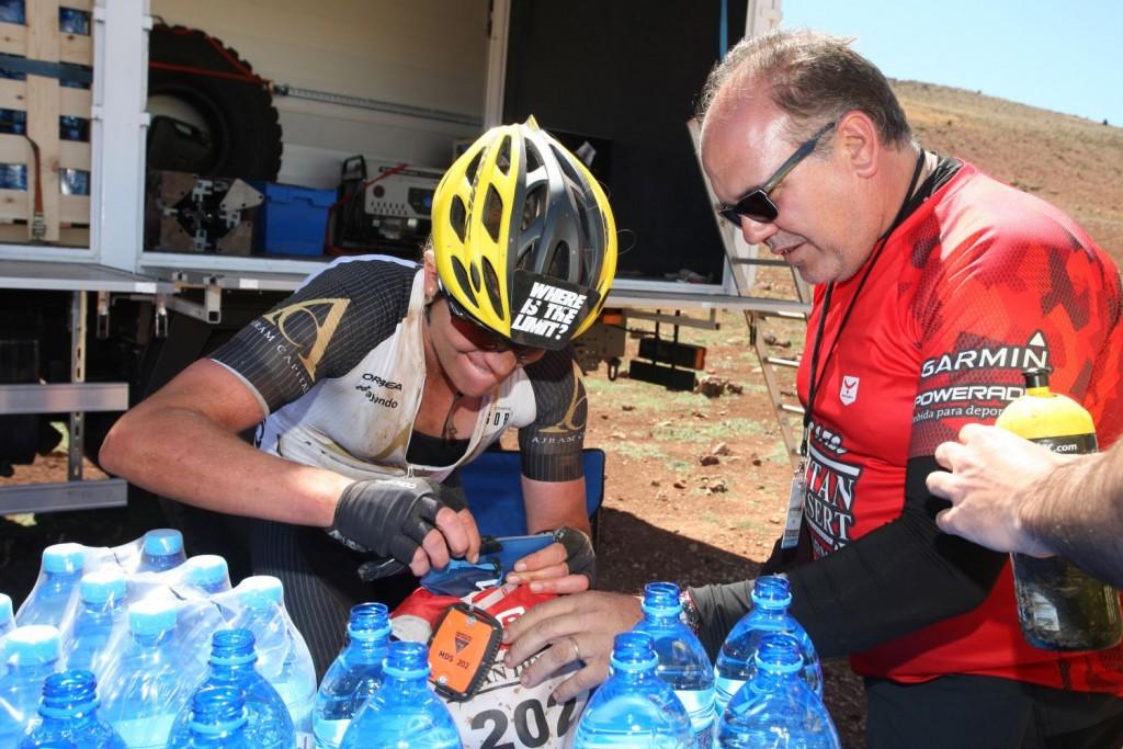Recargando la mochila de hidratación, y a la vista el dispositivo de seguimiento de los bikers.