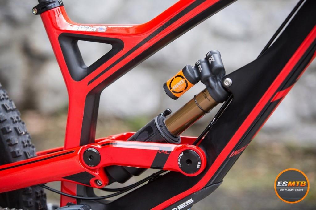 Amortiguador Fox Float X2.  Obviamente, personalizado a medida para él a través del program R.A.D. de competición de Fox. Gwin ha competido siempre con Fox en sus bicicletas. Foto The YT Mob