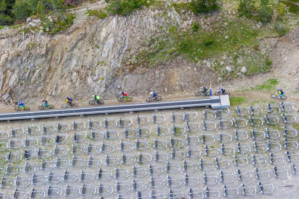 Primera zona de pedaleo de la prueba. Apenas 200 metros, pero es como el sprint de una prueba de carretera. Salvo que con casco integral y protecciones