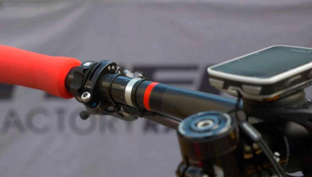 Detalle del mando con el que controla la suspensión. Minimalista e infalible. Cosas de la electrónica.