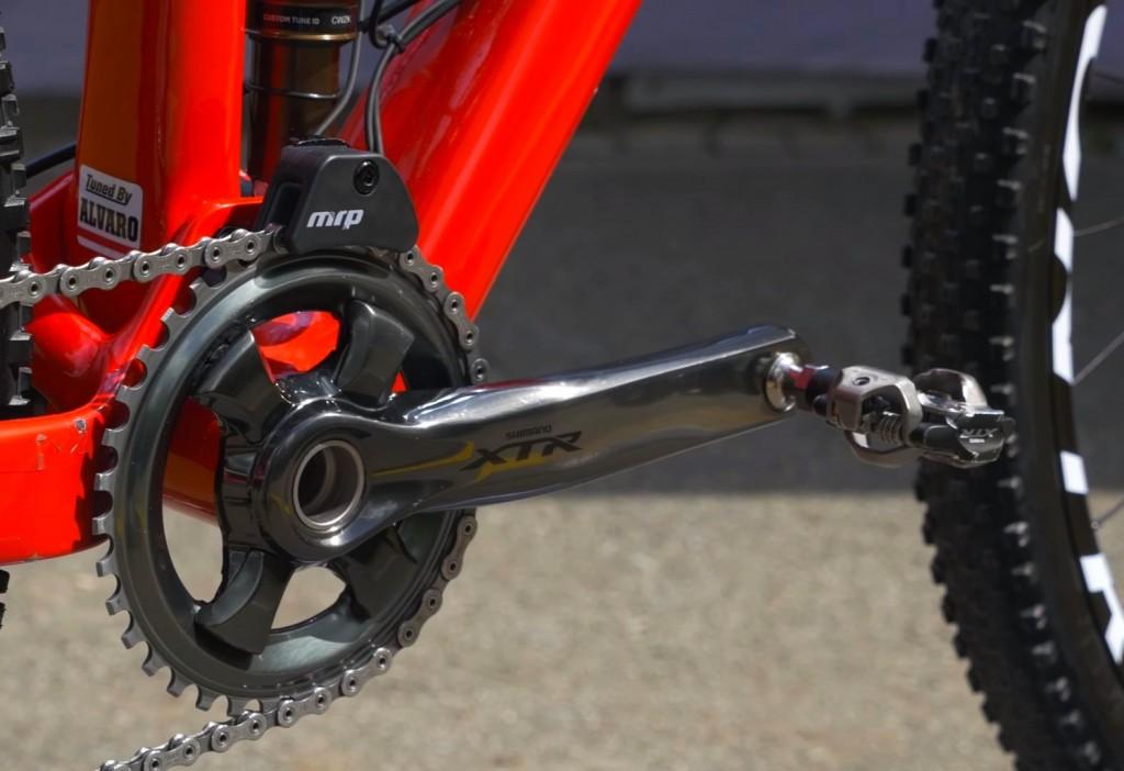 Tuned by Alvaro, el mecánico que le acompaña en todas las competiciones y mantiene su Trek Top Fuel en forma