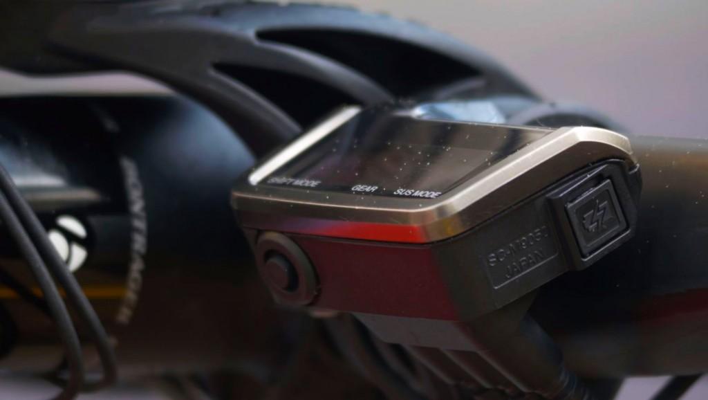 """La electrónica por doquier en su bicicleta. Grupo Shimano XTR Di2 y suspensiones electrónicas iRD de Fox. """"Me encanta la armonía entre el grupo electrónico XTR Di2 y las suspensiones electrónicas, porque es muy simple de controlar. Tengo dos mandos, uno para cambiar y otro para controlar la suspensión"""""""