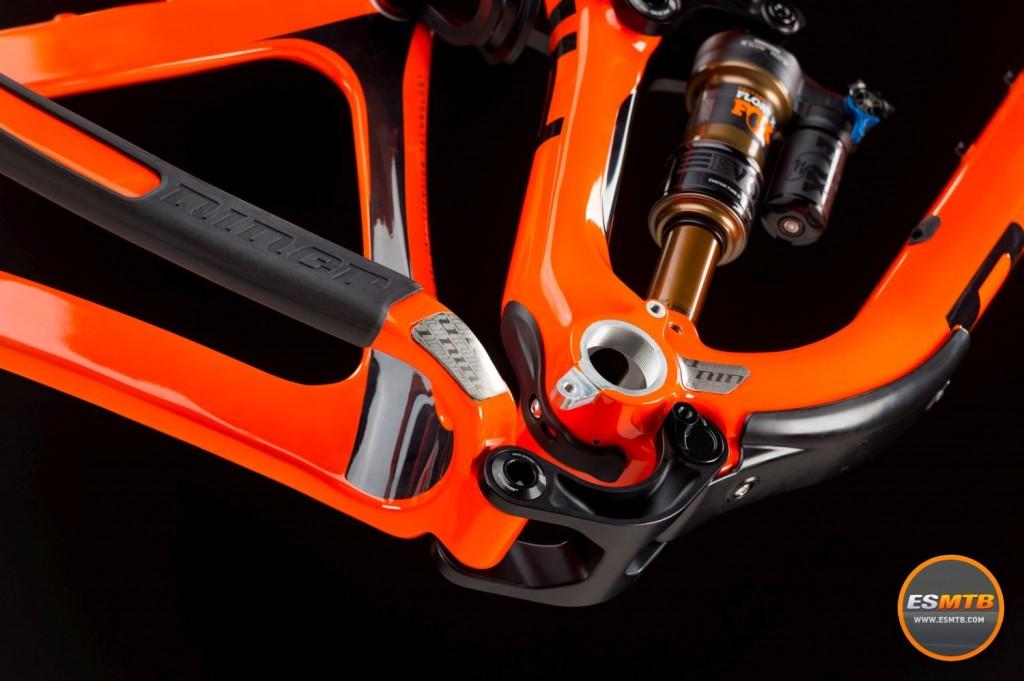 """Tiene una """"ventana"""" bajo la caja de pedalier para facilitar el mantenimiento de cables y pedalier."""