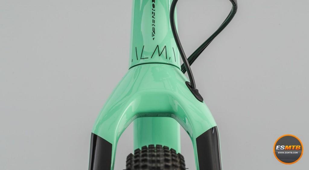 La nueva horquilla Spirit da un toque único a la nueva Alma y está repleta de detalles. 575 gramos de velocidad