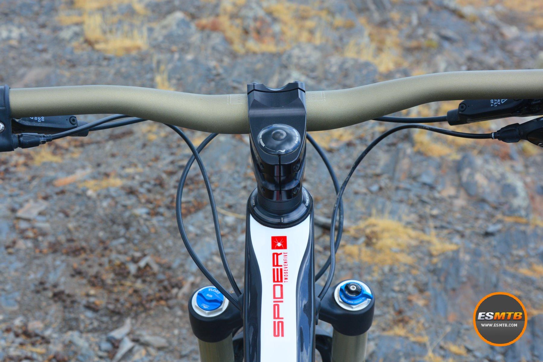 Manillar y potencia están clavados para lo que pide este tipo de bicicleta.