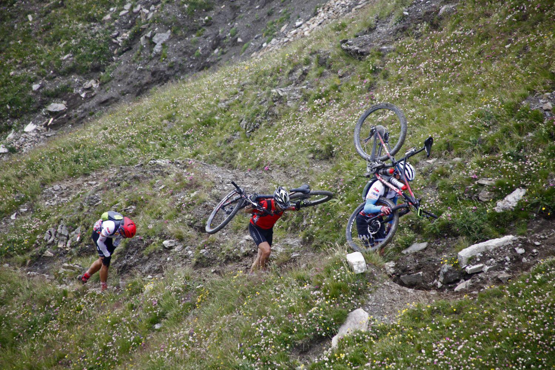 Ironbike también es sinónimo de largos porteos con la bicicleta al hombro. Si no te gusta no te apuntes.