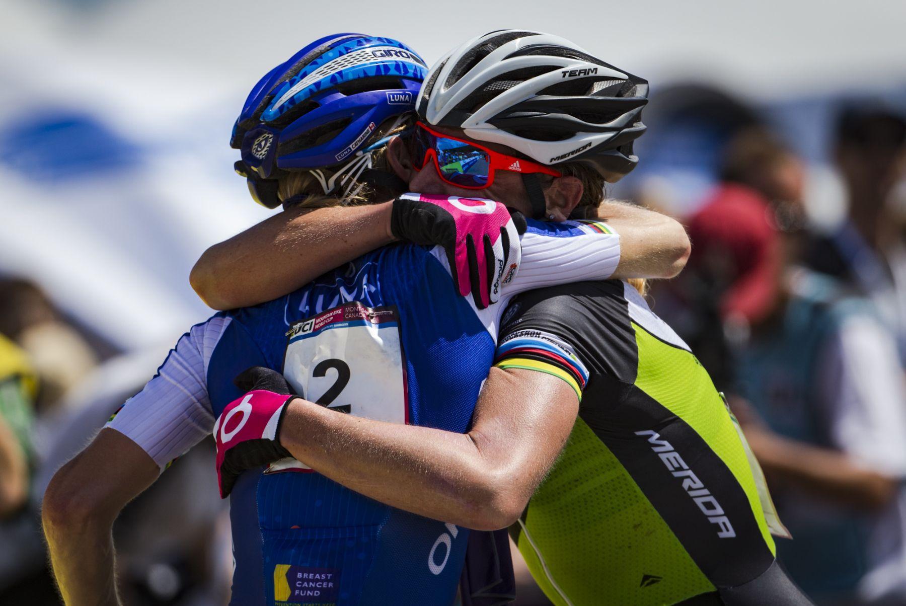 El abrazo entre la veterana Gunn Rita Dahle y Catherine Pendrel al llegar a meta. La noruega, a pesar de llevar más de 20 años en la elite, parece dispuesta a pelear por las medallas en Rio de Janeiro