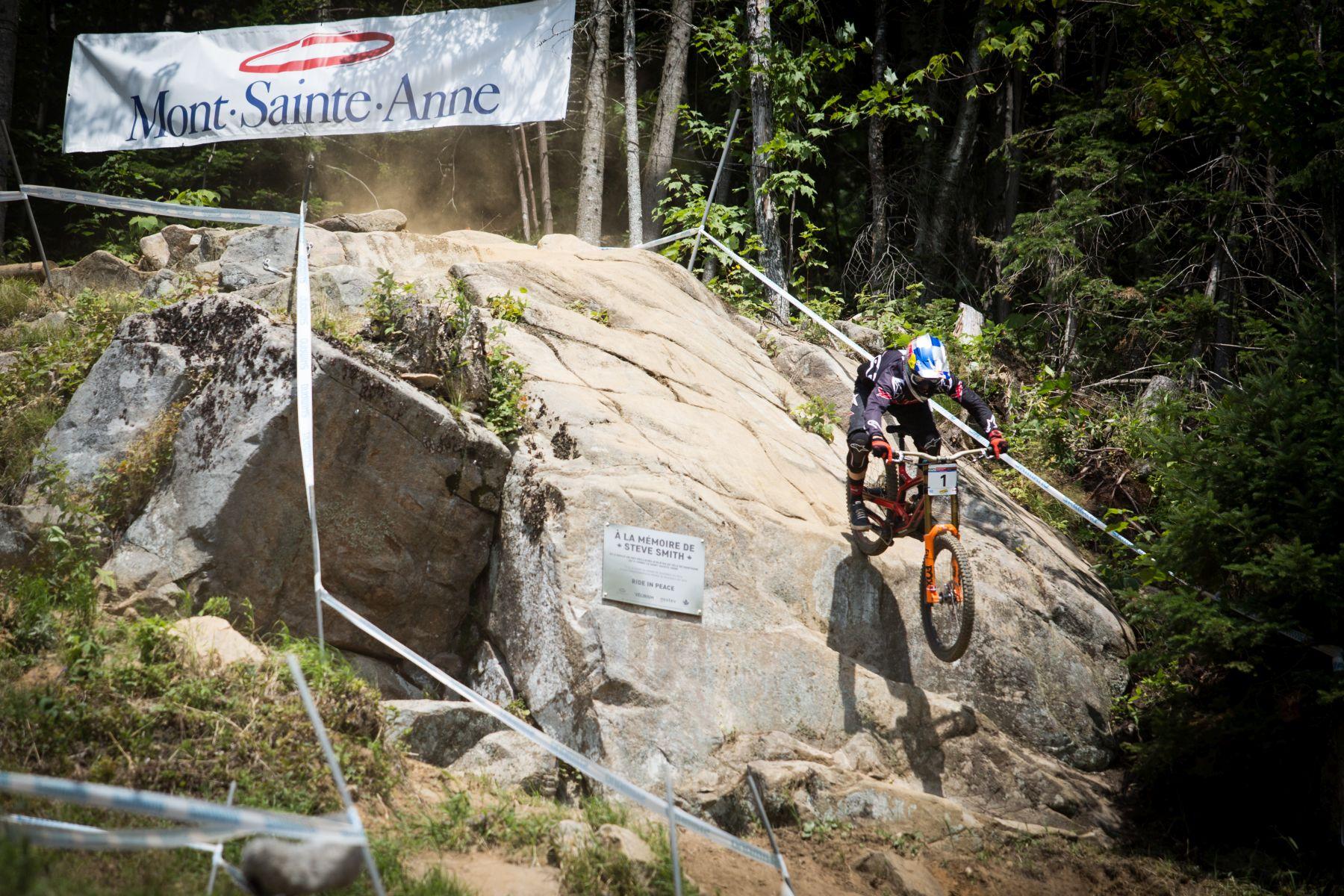 Aaron Gwin en el drop de homenaje a Steve Smith. El recuerdo al biker canadiense estuvo muy presente en la carrera.