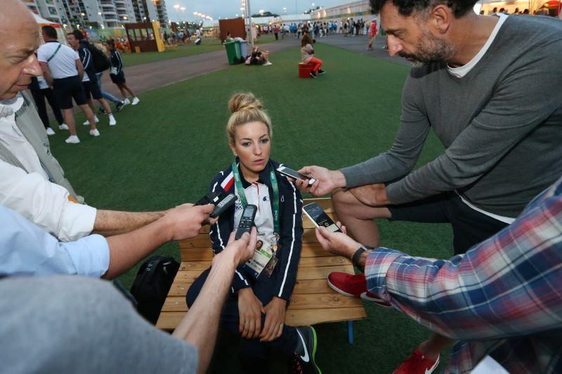 Pauline Ferrand-Prevot atendiendo a los medios días antes de la carrera de Rio de Janeiro