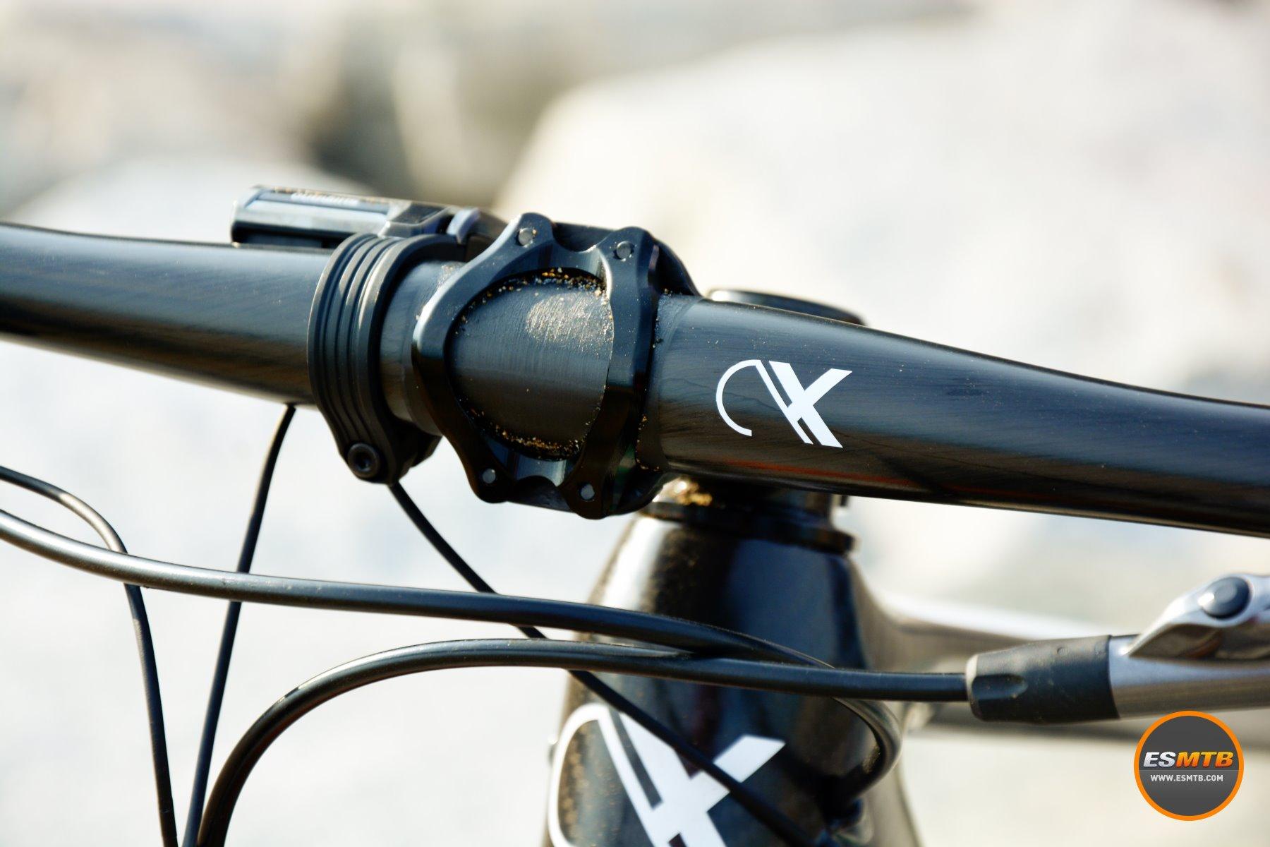 La combinación de manillar y potencia AX-Lightness garantía limar un buen puñado de gramos