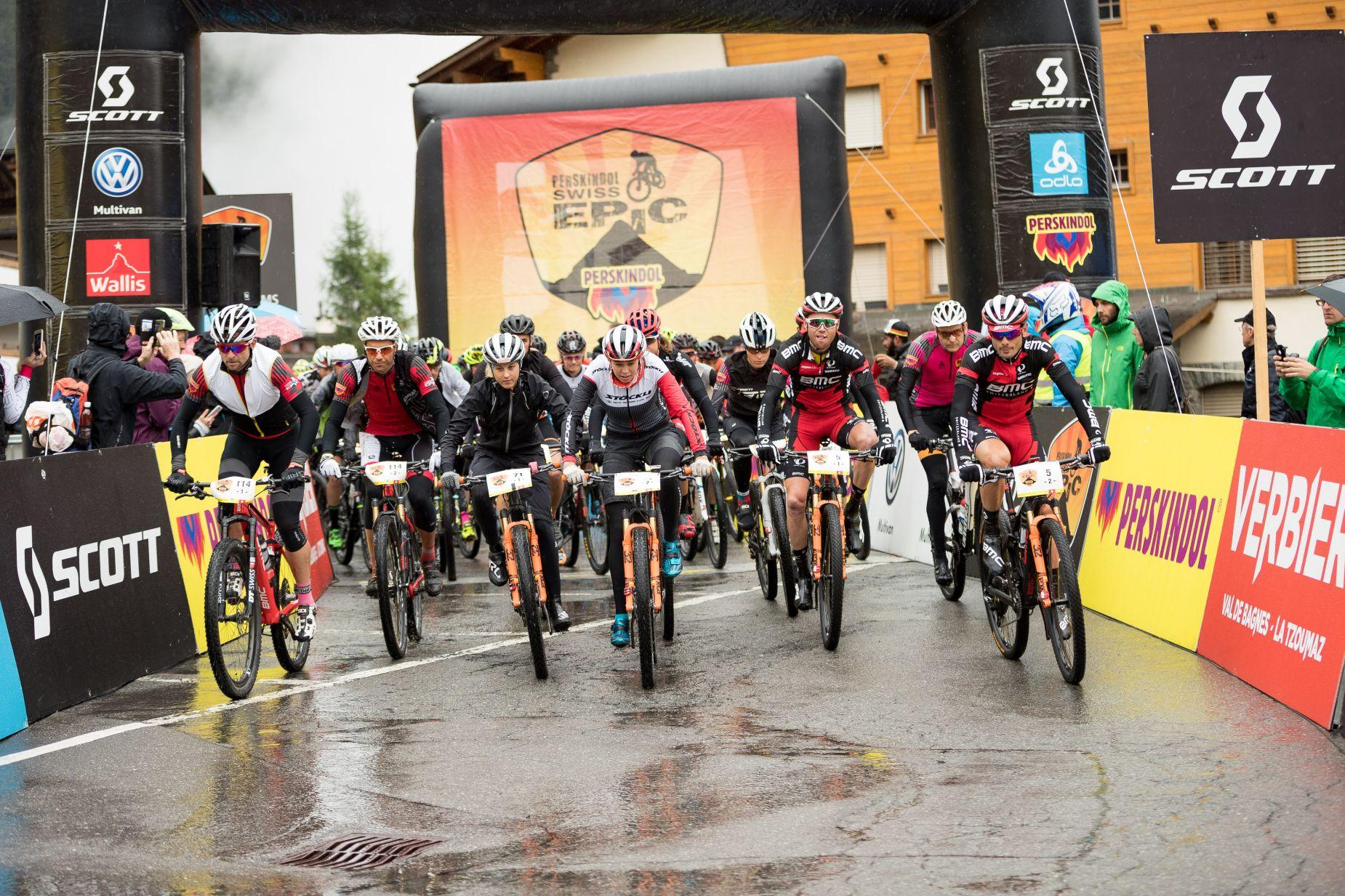 Así se salía el último día. Frío y lluvia para despedir la carrera.