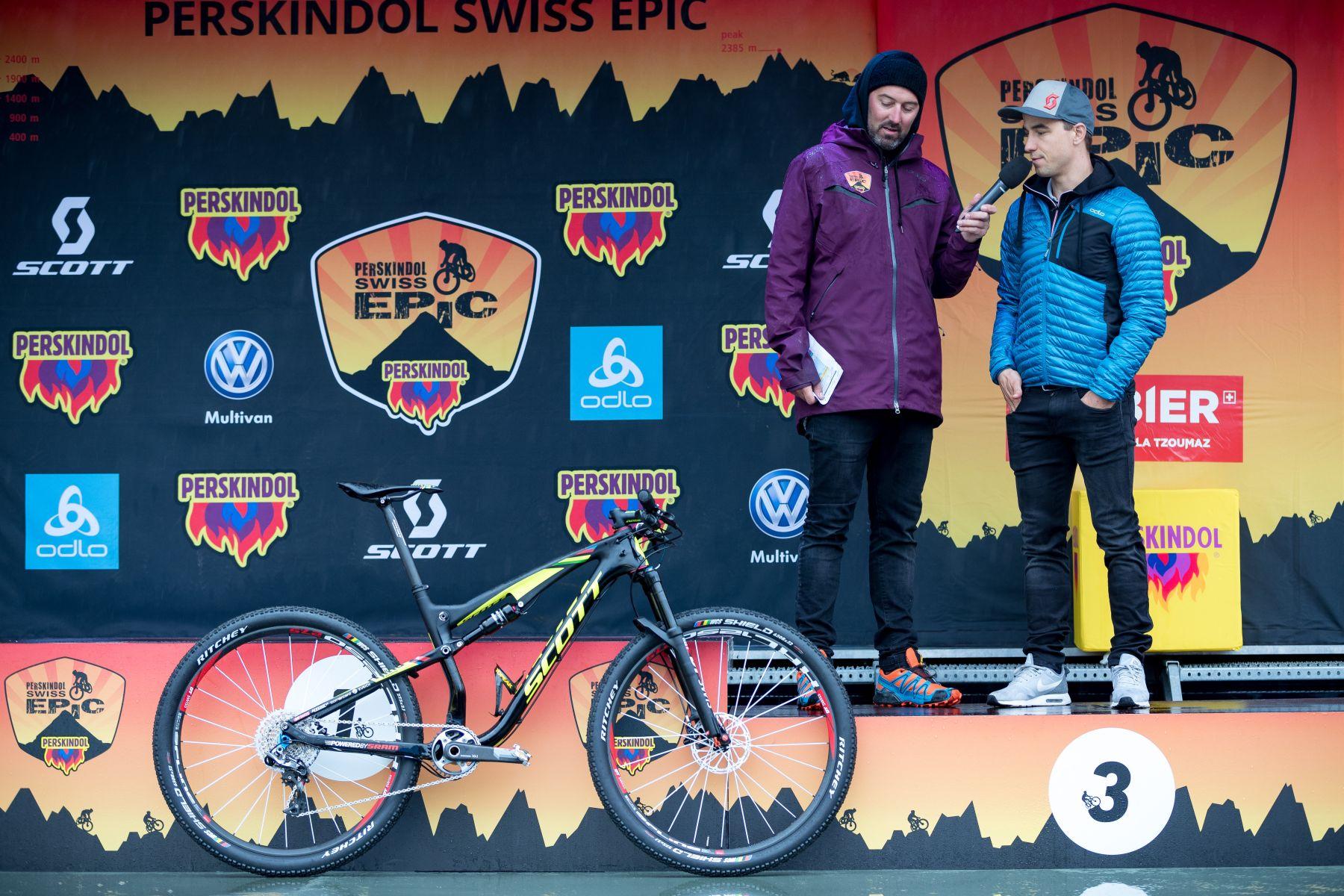 Schurter mirando la Scott Spark de su compañero Stirnemann. Sí, el no llevaba la 2017 como el campeón olímpico.
