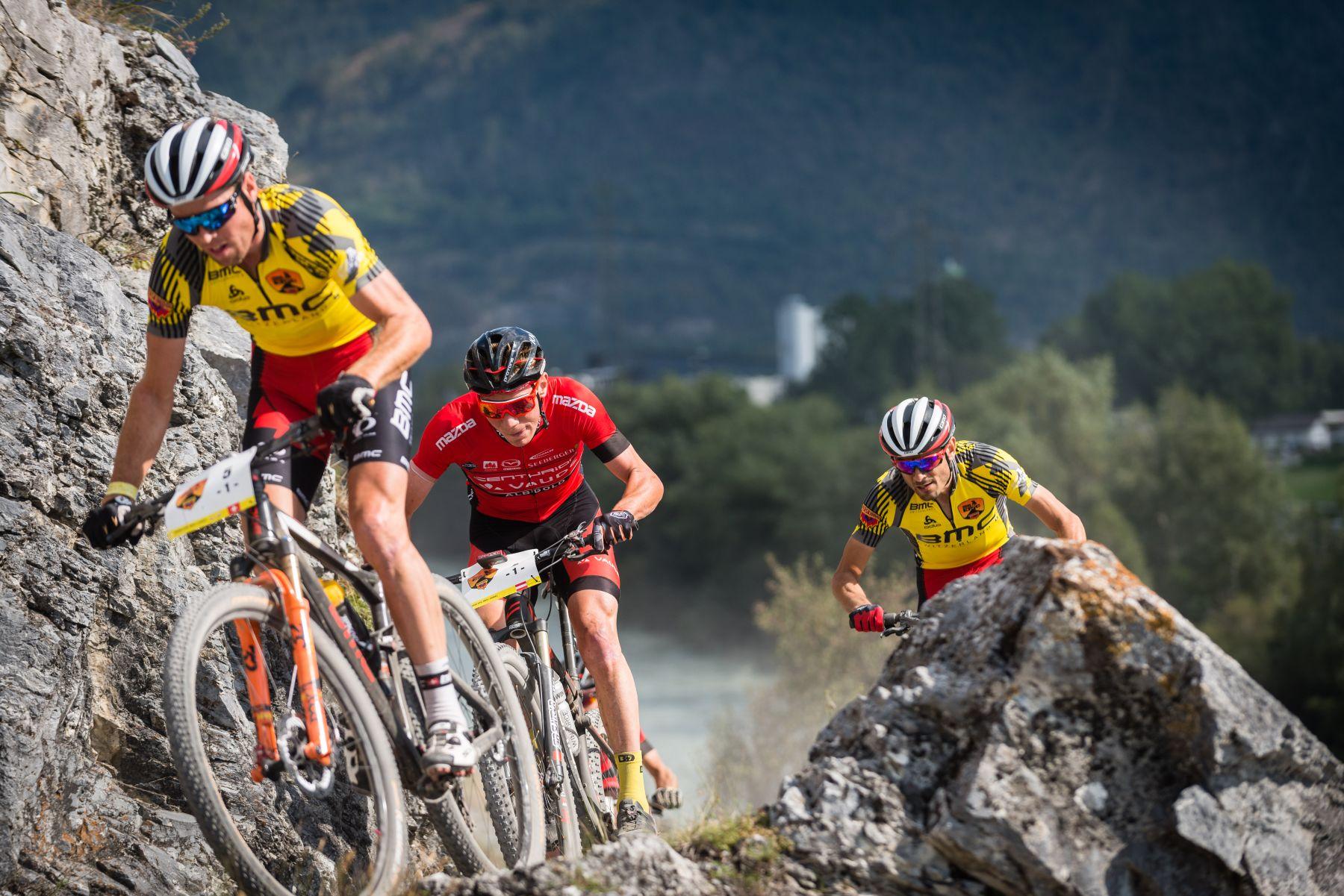 El BMC (líderes) superando al Centurion Vaude (2o de la general).
