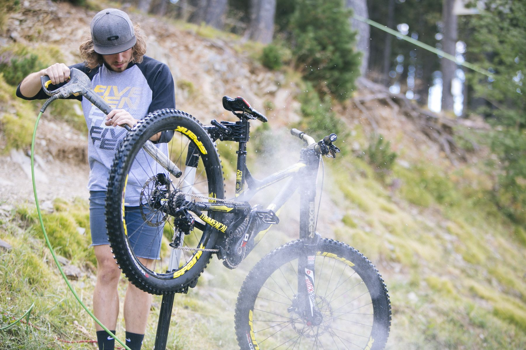 Lavar las bicicletas tarea fácil este año. Ni rastro de barro. Ni previsión de lluvia.