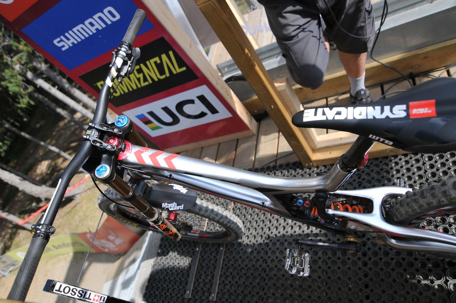 La bici de Greg Minnaar. ¿Pasará entre los árboles?