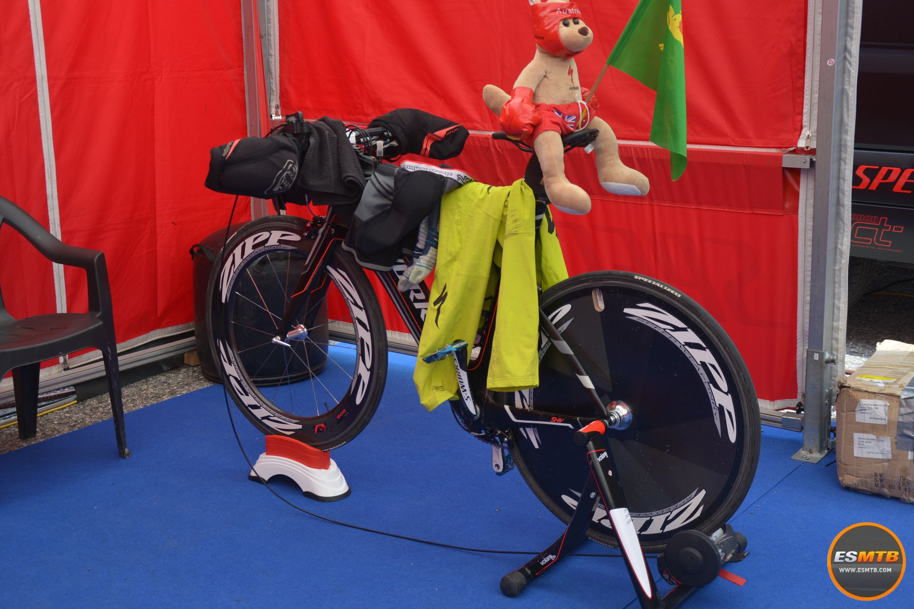 Sí, es la bicicleta para calentar con más clase de todo el paddock. Una bicicleta de triatlon, con lenticular incluída, y con manillar de MTB. Es la que usa Troy Brosnan para ponerse a tono antes de salir.