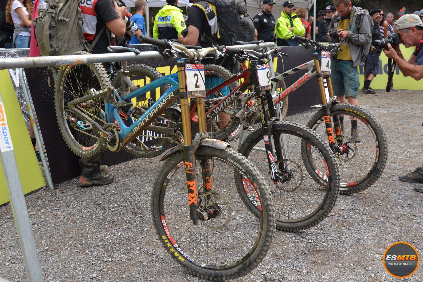 Las bicicletas más rápidas del día en Vallnord. Dos americanas mirando a una española.