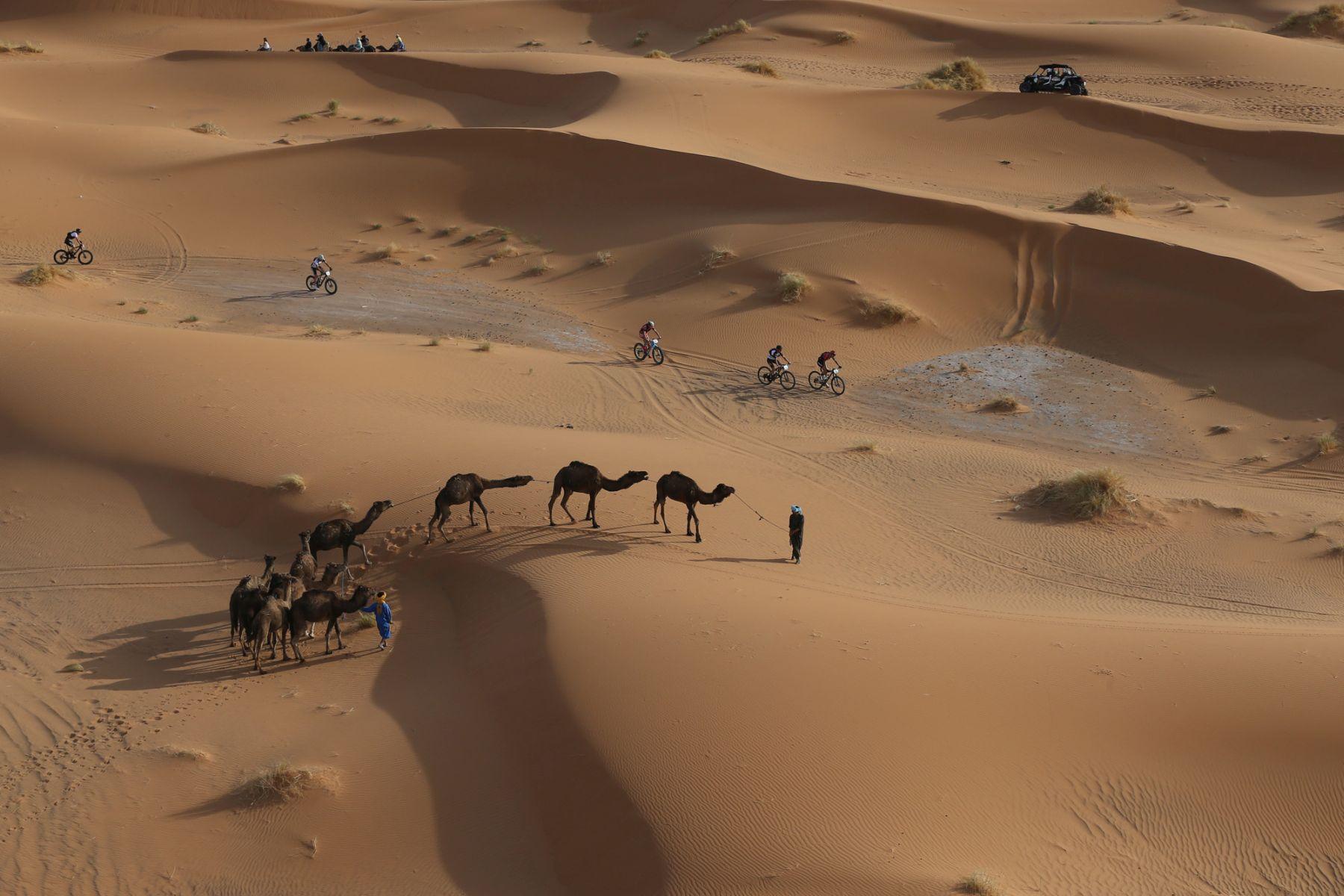 La imagen que resume la esencia de la Gaes Titan Desert by Garmin