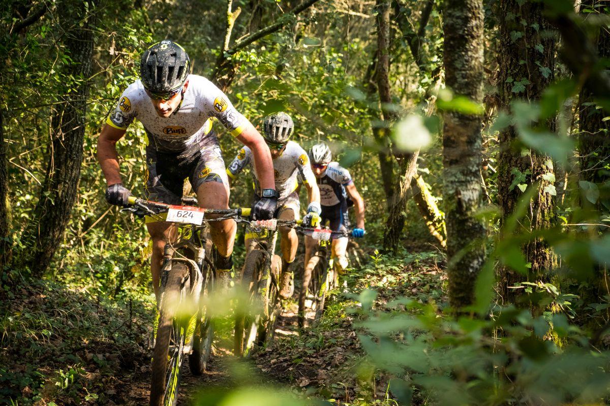 Llordella liderando el grupo delantero por delante de Ventura y Zubero