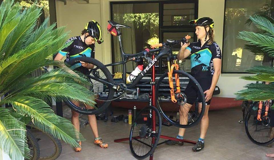 Las chicas del equipo, también probando la bici