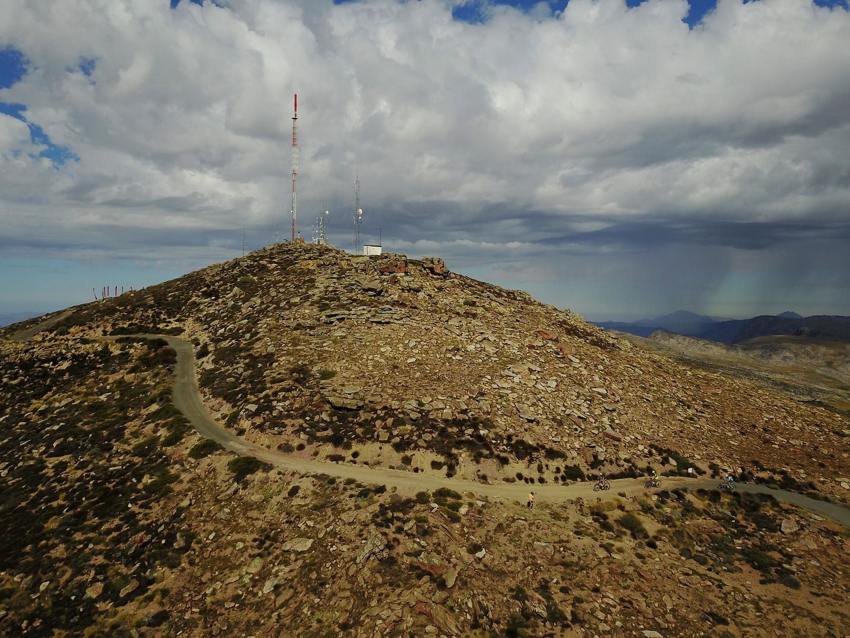 La cima de la monstruosa subida de +1.100m del día