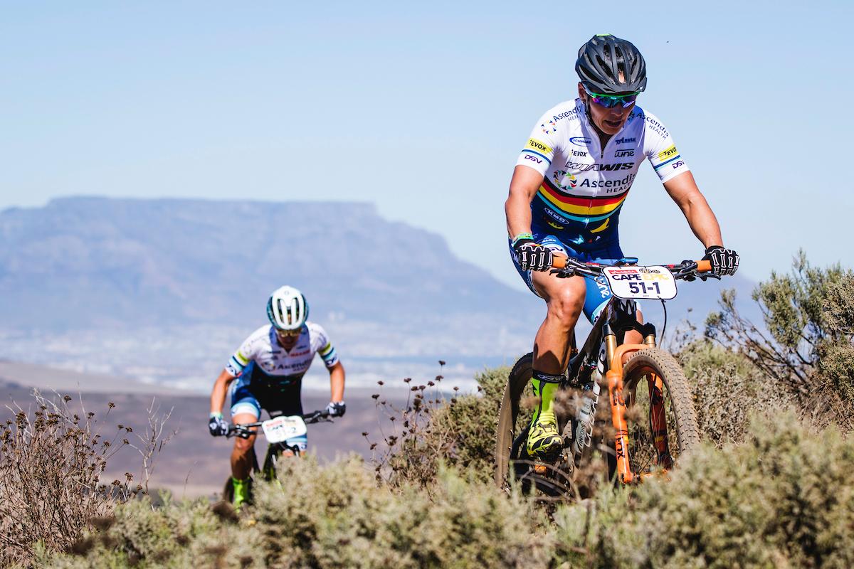 Sabine Spitz y Robyn de Groot líderes en féminas. Foto  Ewald Sadie/Cape Epic/SPORTZPICS
