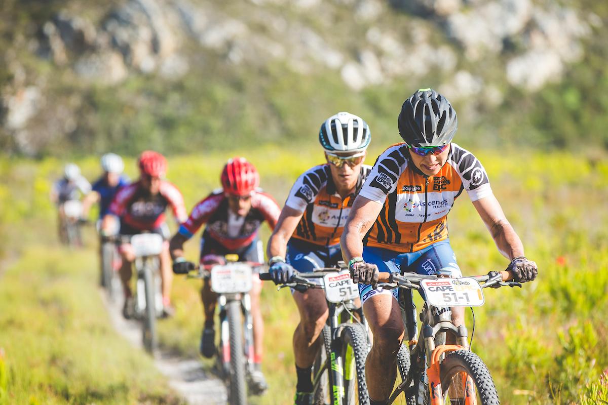 No ha sido el día para las líderes en féminas que han pedido el maillot por una caída. Foto Ewald Sadie/Cape Epic/SPORTZPICS