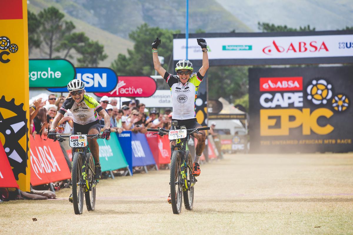 Las ganadoras en féminas. Suss y Stenerhag. Foto Ewald Sadie/Cape Epic/SPORTZPICS