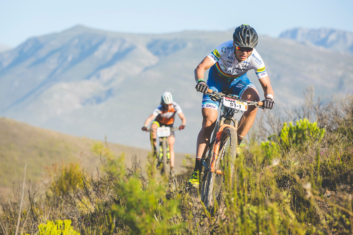 Una mujer dura. Sabine Spitz no solo ha seguido tras su fuerte caída de la primera etapa. Hoy ha ganado junto a Stenerhag. Foto Ewald Sadie/Cape Epic/SPORTZPICS