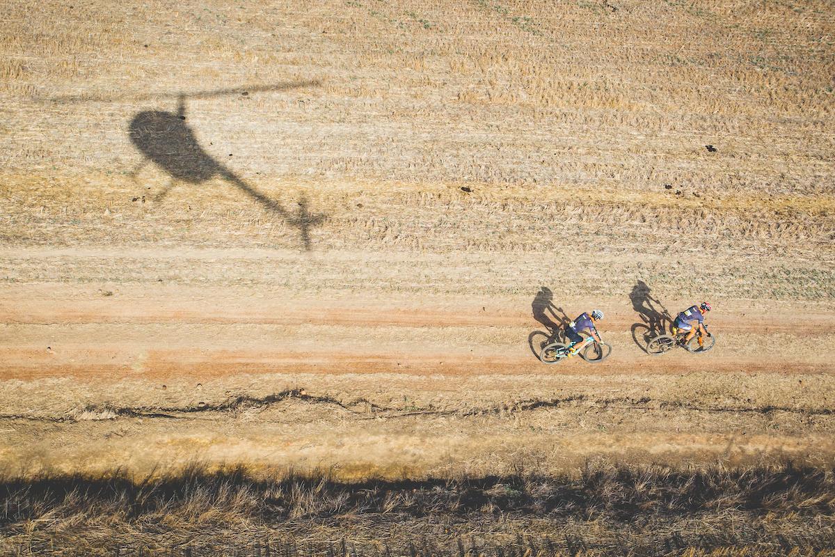 Era la etapa más larga de la carrera. Por suerte la temperatura ha bajado respecto a los días precedentes. Eso sí, el polvo sigue siendo el compañero de viaje de los bikers. Foto Ewald Sadie/Cape Epic/SPORTZPICS