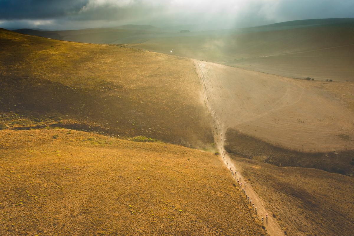 Terreno muy abierto pero nada fácil de rodar. Rizado, piedras, arena. No se ha regalado ni un kilómetro de los 112 del día. Foto Ewald Sadie/Cape Epic/SPORTZPICS