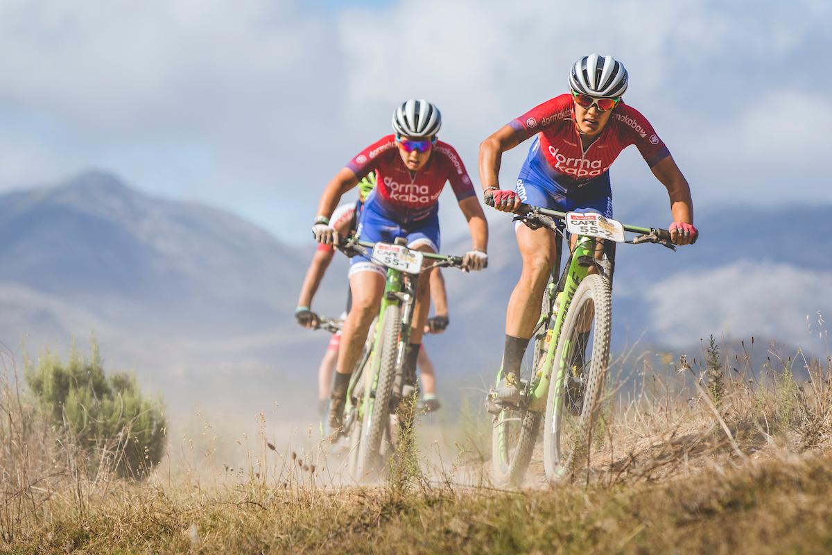 Vera Adrian junto a su compañera. Foto Ewald Sadie/Cape Epic/SPORTZPICS
