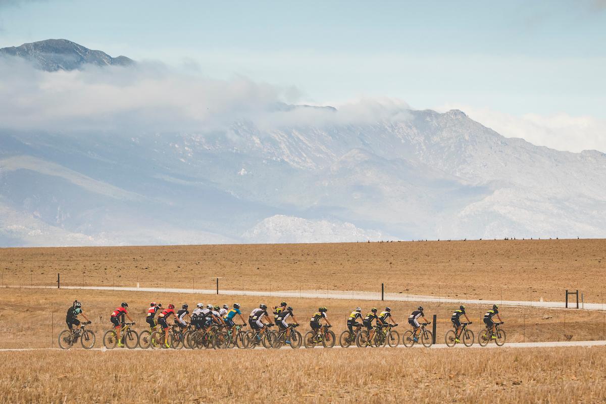 Jornada de saber sufrir en grupos. Una mezcla de prueba de carretera y BTT en la cabeza de carrera. Foto Ewald Sadie/Cape Epic/SPORTZPICS