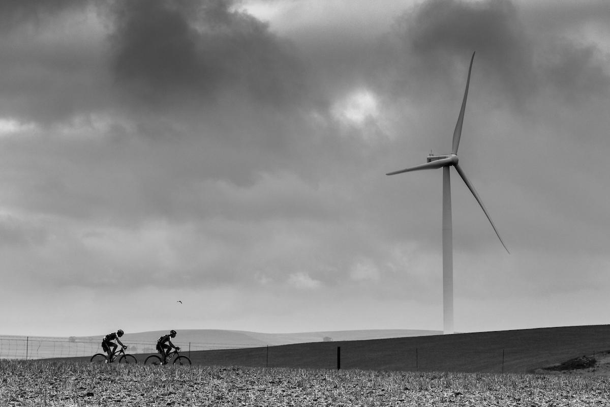 Parque eólico... sí, han tragado mucho viento. Foto Ewald Sadie/Cape Epic/SPORTZPICS