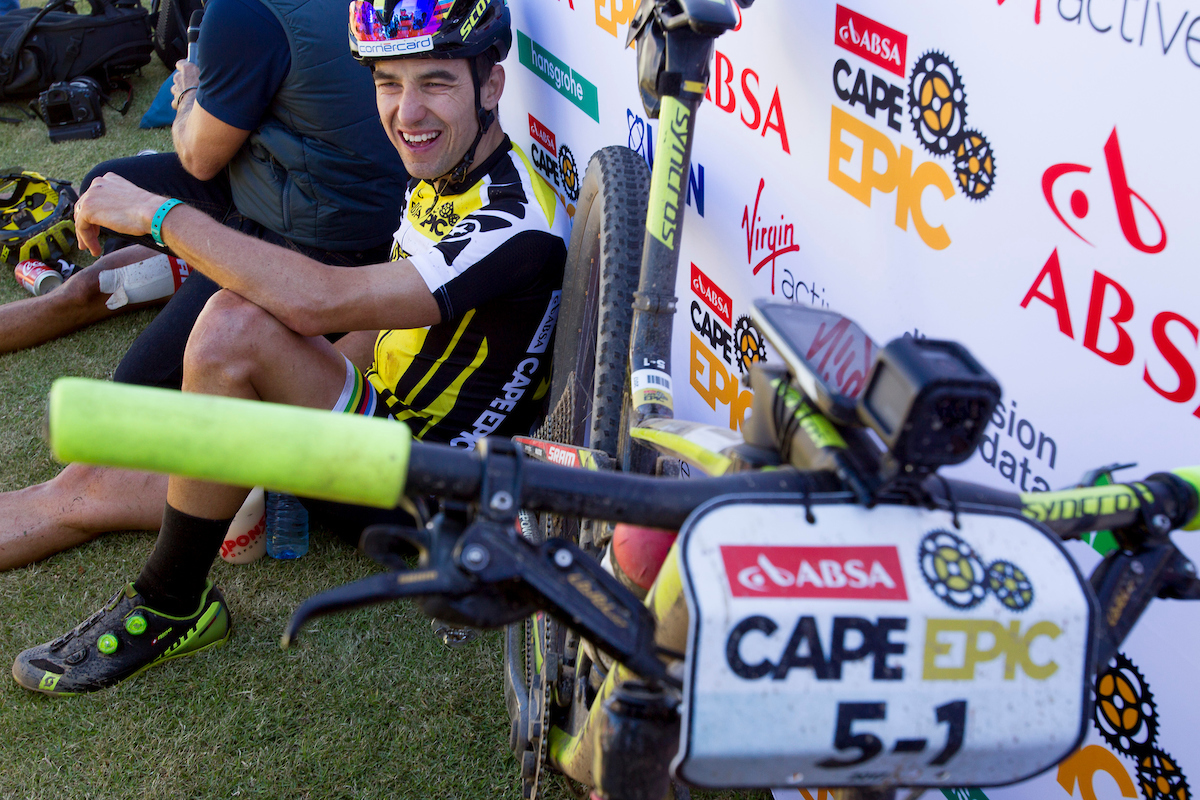La bici de Nino Schurter va cargada. Entre Garmin y GoPro se lleva medio kilogramo extra contando soportes. Foto Greg Beadle/Cape Epic/SPORTZPICS