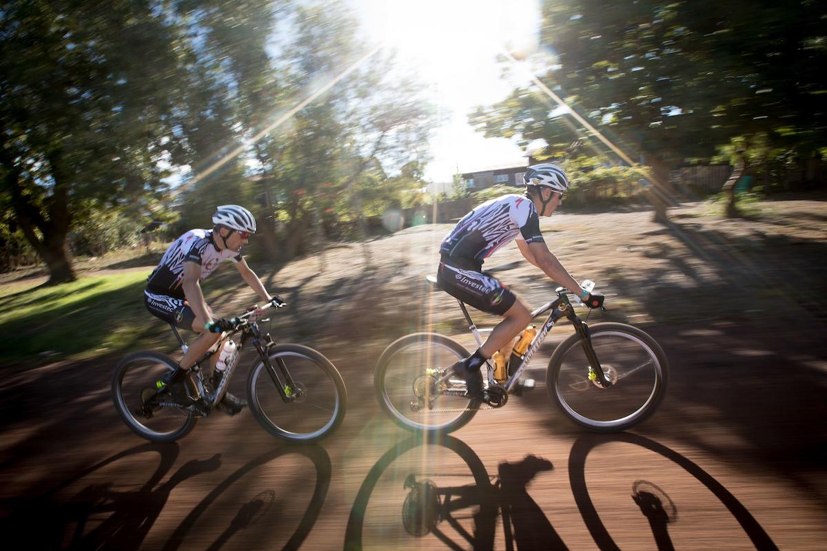 Sauser y Kulhavy solo han podido ser 4º en la etapa. La general se esfuma para ellos. Foto Nick Muzik/Cape Epic/SPORTZPICS