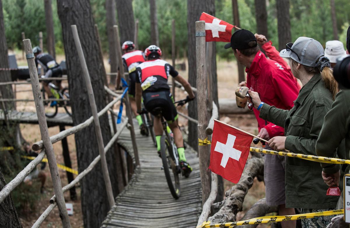 Habían muchísimos tramos de pasarelas de madera. Un festival de senderos artificiales. Foto Sam Clark/Cape Epic/SPORTZPICS
