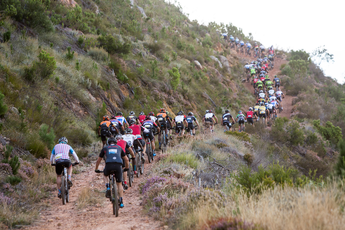 La jornada, de 85km, era muy rápida pero tenía un par de ascensiones para acabar de quemar las fuerzas. Foto Sam Clark/Cape Epic/SPORTZPICS