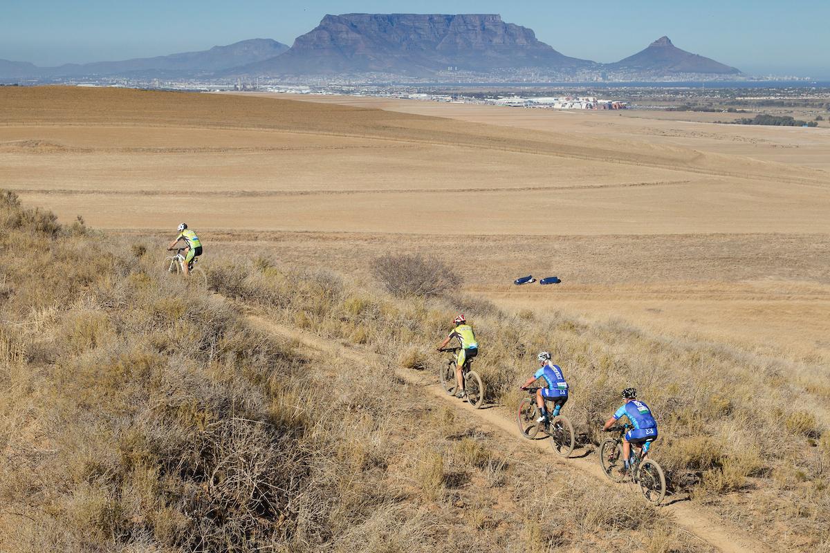 Table Mountain al fondo en una jornada de grandes paisajes. Foto Greg Beadle/Cape Epic/SPORTZPICS
