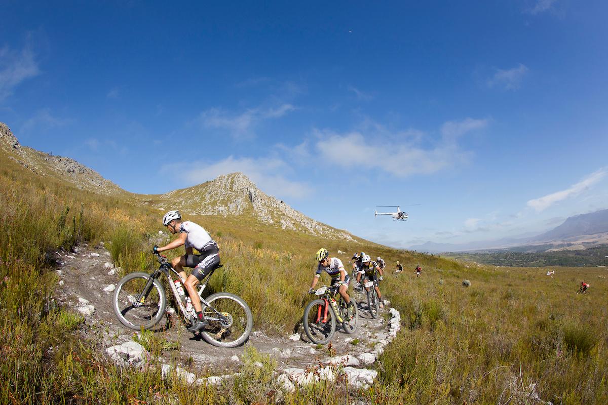 Una brutal subida por sendero a mitad de etapa ha servido de criba. Foto Greg Beadle/Cape Epic/SPORTZPICS
