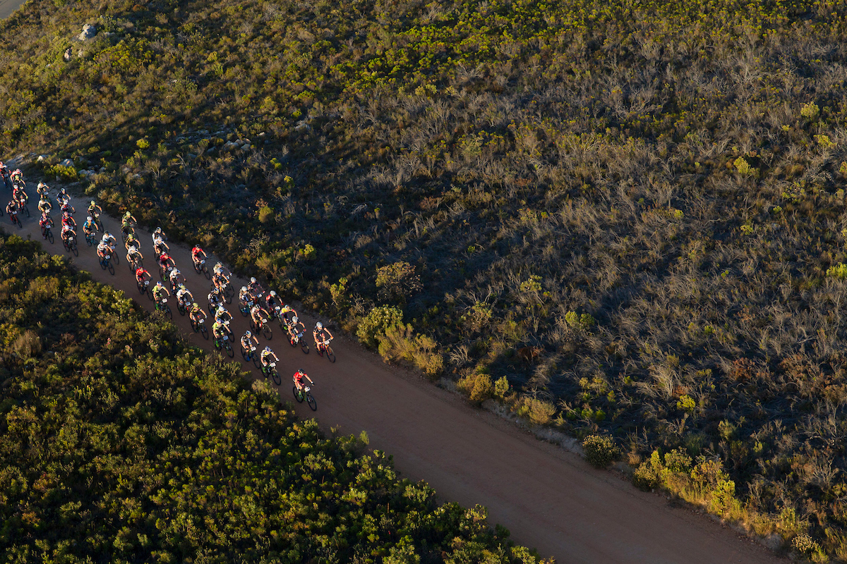 La salida ha sido a un ritmo trepidante. Foto  Greg Beadle/Cape Epic/SPORTZPICS