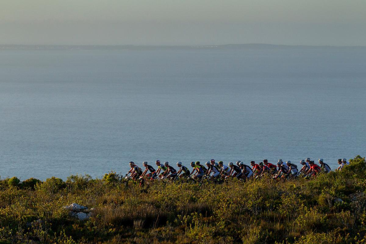 Salida de la carrera con paisajes espectaculares al lado del mar. Foto Greg Beadle/Cape Epic/SPORTZPICS