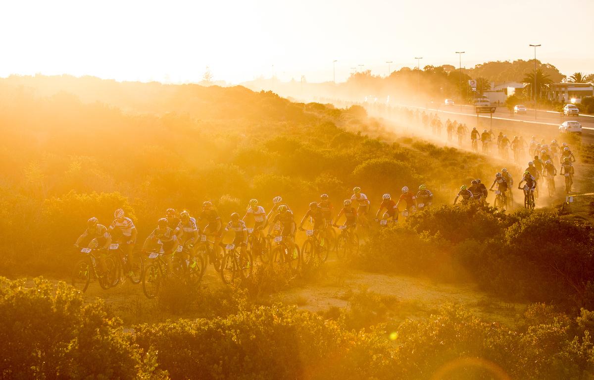 Las primeras luces del sol marcan el camino de los bikers. La salida es a las 7:00.  Foto Sam Clark/Cape Epic/SPORTZPICS