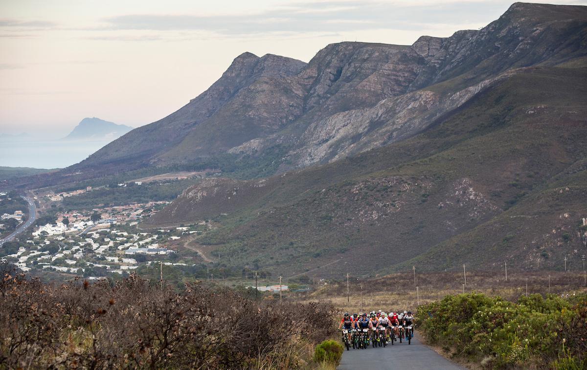 Una salida rapidísma en cabeza de carrera. Con 62km de longitud muchos se lo han tomado como un XC largo. Foto Sam Clark/Cape Epic/SPORTZPICS