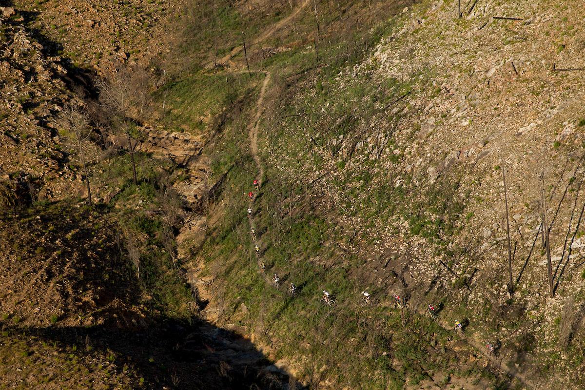 El inicio de la espectacular, durísima y técnica subida que ha marcado la jornada. Foto Greg Beadle/Cape Epic/SPORTZPICS