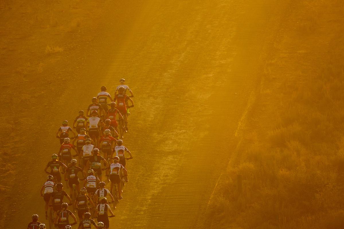 La carrera de féminas, totalmente separada, una gran y acertada apuesta de la Absa Cape Epic que ahora copian otras pruebas. Foto Greg Beadle/Cape Epic/SPORTZPICS