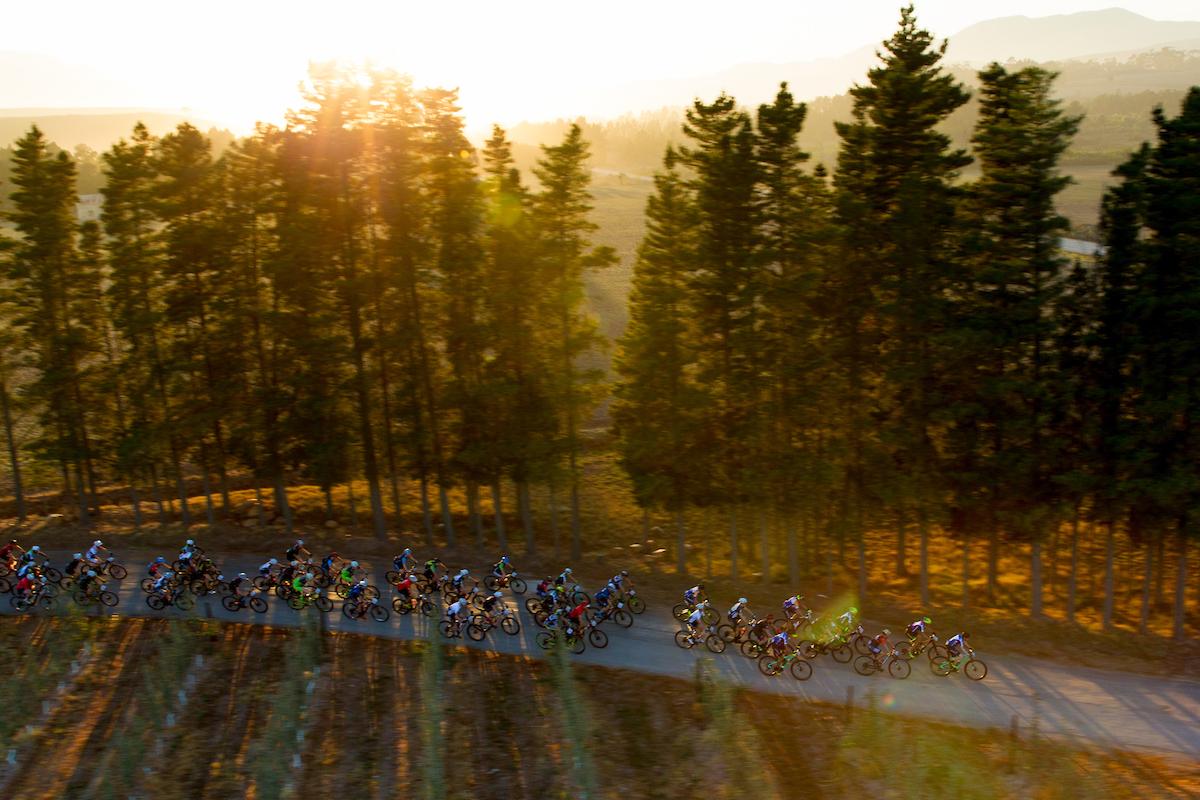 Como cada día, las primeras luces del día abren la acción. Foto Greg Beadle/Cape Epic/SPORTZPICS