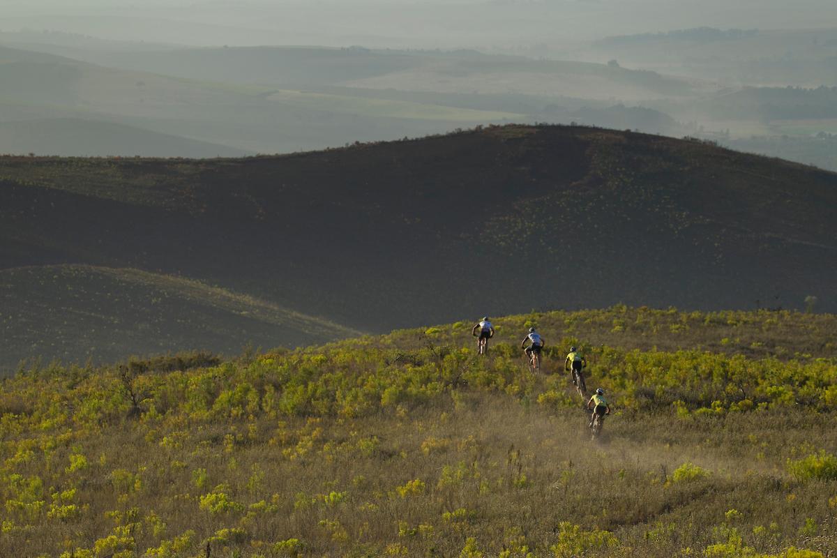 Y llegaron los senderos. Para todos los gustos. Eso sí, siempre secos y resbaladizos. Foto Greg Beadle/Cape Epic/SPORTZPICS